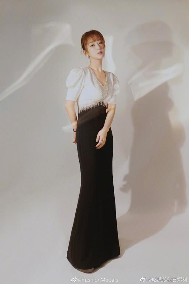 Ảnh thực tế và photoshop của Dương Tử tại sự kiện: Bị mỉa mai vì chỉnh ảnh quá đà chẳng khác siêu mẫu Victorias Secret - Ảnh 1.