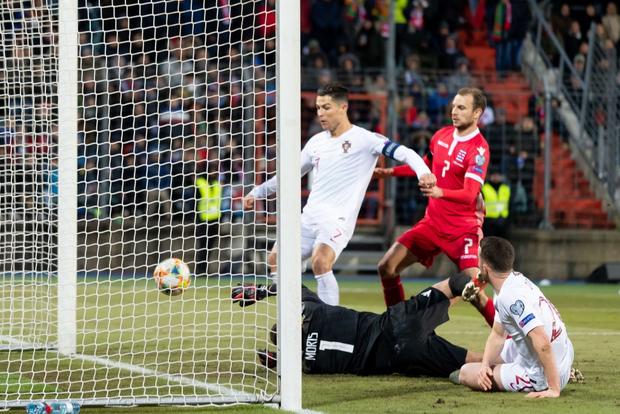 Ronaldo ghi bàn thắng dễ bậc nhất trong sự nghiệp, Bồ Đào Nha chính thức có vé đến thẳng Euro 2020 - Ảnh 7.