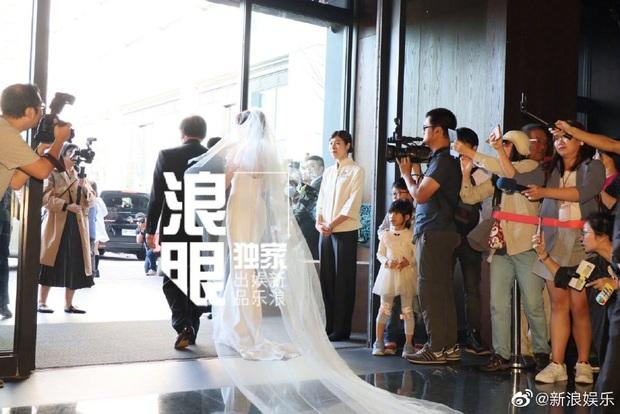 Đám cưới hot nhất Cbiz hôm nay: Siêu mẫu Lâm Chí Linh liên tục khóc, hôn nồng nhiệt chồng Nhật kém 7 tuổi - Ảnh 5.