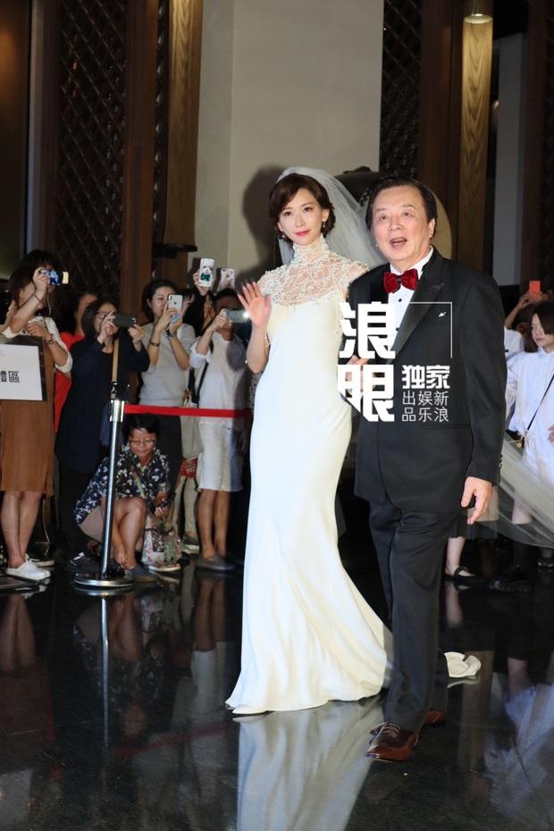 Đám cưới hot nhất Cbiz hôm nay: Siêu mẫu Lâm Chí Linh liên tục khóc, hôn nồng nhiệt chồng Nhật kém 7 tuổi - Ảnh 2.