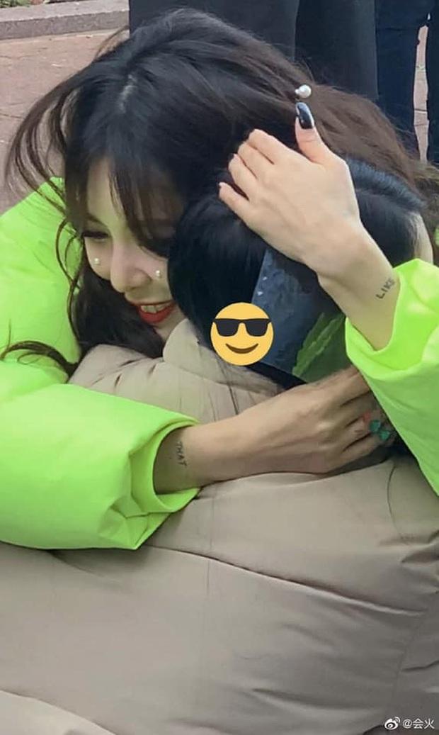 """Thấy HyunA tặng fan quà đắt tiền, hàng chục người trà trộn để trục lợi và cái kết bị P Nation cho """"ra chuồng gà"""" chơi cùng nhau - Ảnh 5."""