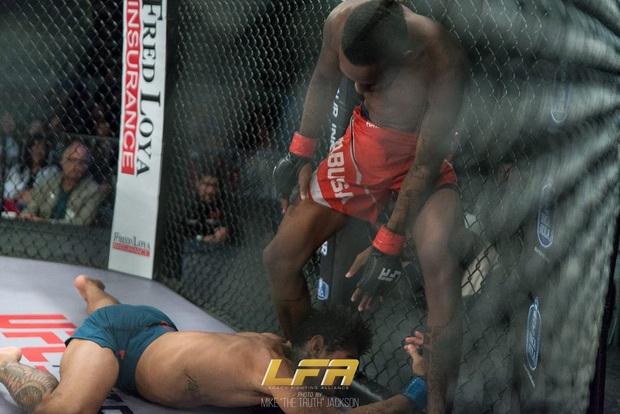 Đang bị dồn ép, anh chàng võ sĩ bất ngờ tung đòn đánh kinh hoàng, khiến đối thủ đổ gục, co giật ngay trên sàn đấu - Ảnh 2.