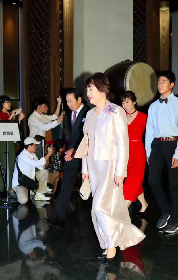 Đám cưới hot nhất Cbiz hôm nay: Siêu mẫu Lâm Chí Linh liên tục khóc, hôn nồng nhiệt chồng Nhật kém 7 tuổi - Ảnh 3.
