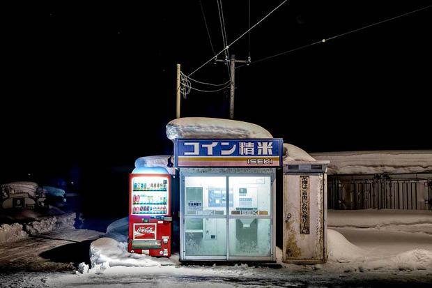 Vẻ đẹp rực rỡ trong đêm của những chiếc máy bán hàng tự động cô độc trên khắp các nẻo đường Nhật Bản - Ảnh 9.
