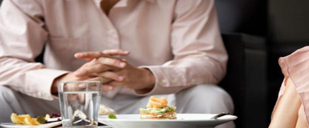 Giữ thói quen uống nước trong khi ăn sẽ ảnh hưởng xấu đến sức khỏe - Ảnh 1.