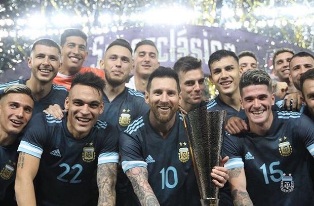 Messi bị mắng thiếu giáo dục vì hành động được cho không đúng mực với HLV tuyển Brazil - Ảnh 2.