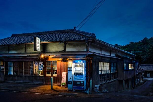 Vẻ đẹp rực rỡ trong đêm của những chiếc máy bán hàng tự động cô độc trên khắp các nẻo đường Nhật Bản - Ảnh 1.
