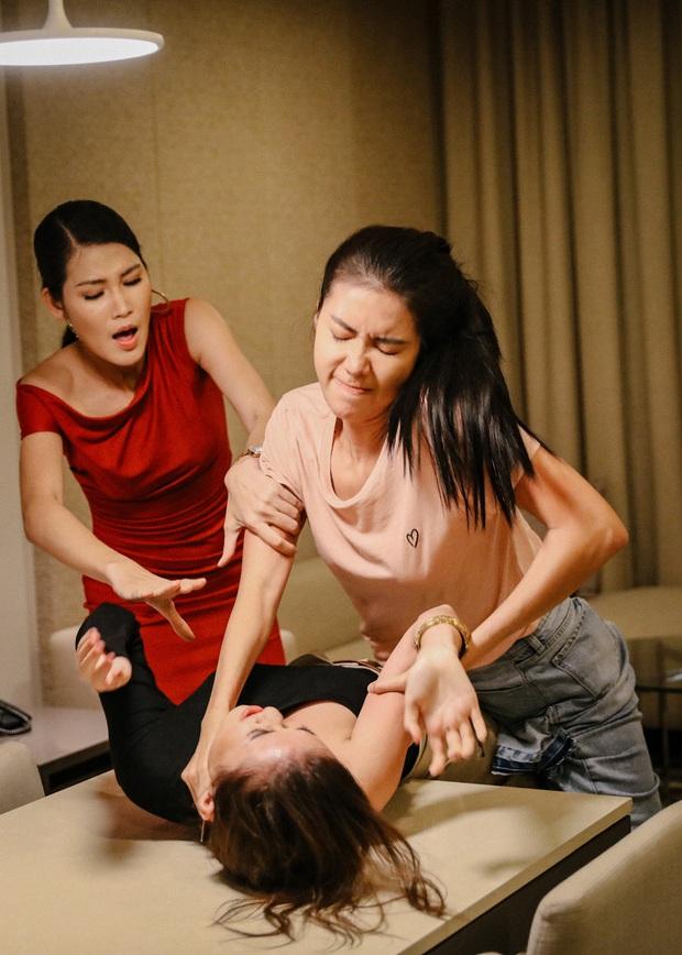 3 màn cấu xé tơi tả của hội mĩ nhân màn ảnh châu Á: Hoa hậu Minh Tú chưa hăng máu bằng cô nàng chuyển giới Nira - Ảnh 3.