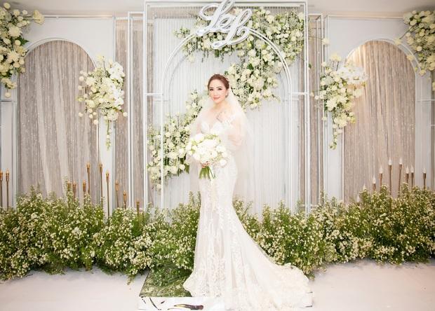 Cận cảnh 4 bộ váy cưới của Bảo Thy: Bộ nào cũng ren hoa yêu kiều, váy cưới chính cực đồ sộ lộng lẫy - Ảnh 2.