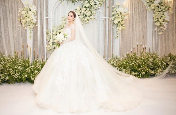 Cận cảnh 4 bộ váy cưới của Bảo Thy: Bộ nào cũng ren hoa yêu kiều, váy cưới chính cực đồ sộ lộng lẫy - Ảnh 5.