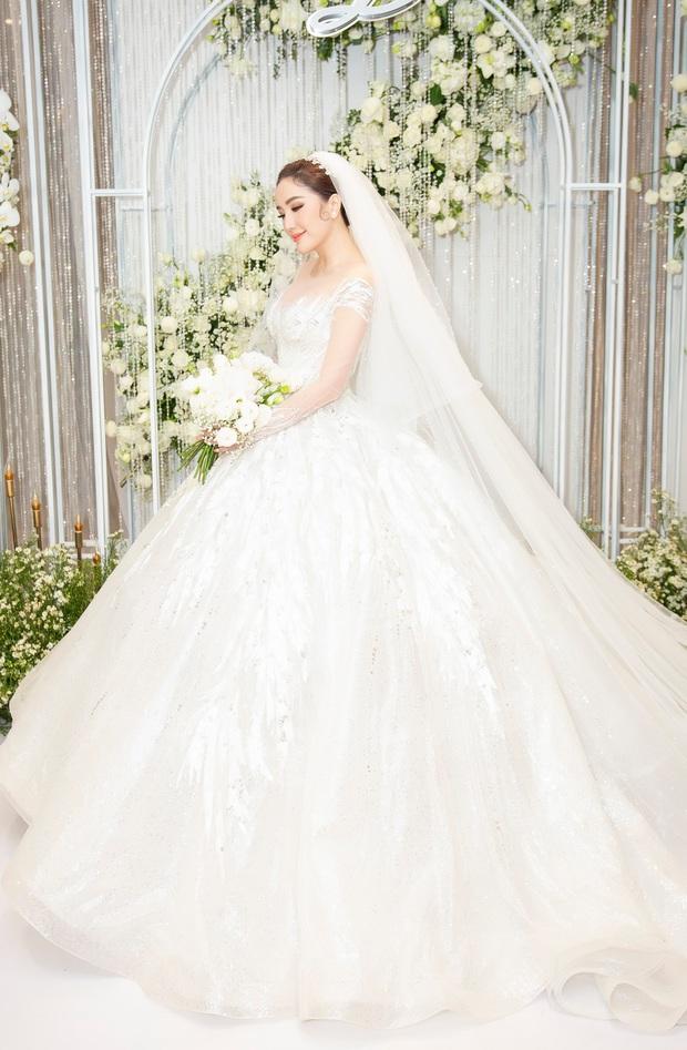 Cận cảnh 4 bộ váy cưới của Bảo Thy: Bộ nào cũng ren hoa yêu kiều, váy cưới chính cực đồ sộ lộng lẫy - Ảnh 6.