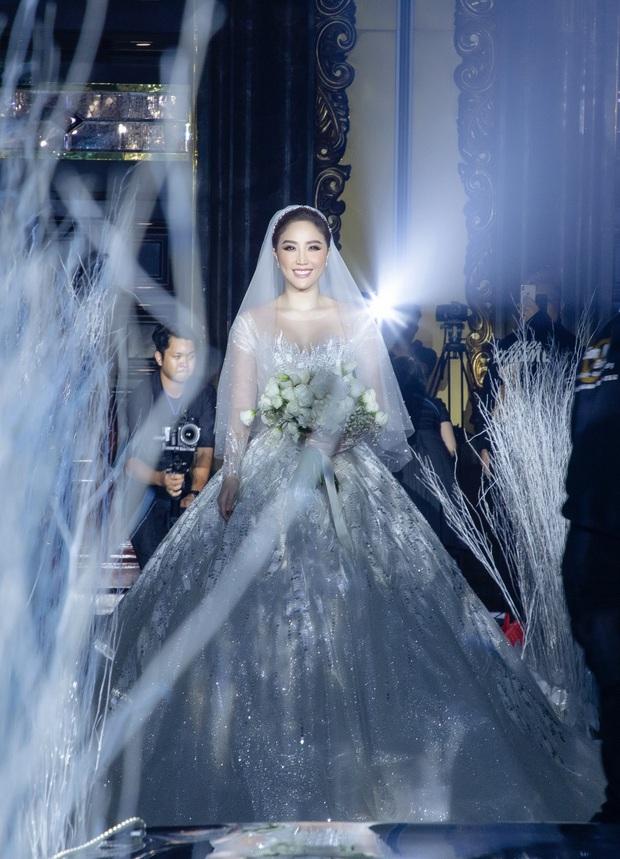 Cận cảnh 4 bộ váy cưới của Bảo Thy: Bộ nào cũng ren hoa yêu kiều, váy cưới chính cực đồ sộ lộng lẫy - Ảnh 7.