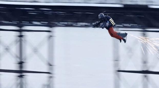 Iron Man ngoài đời thật: Người đàn ông phá kỷ lục tốc độ bay bằng bộ trang phục cá nhân, lên tới gần 140km/h - Ảnh 1.