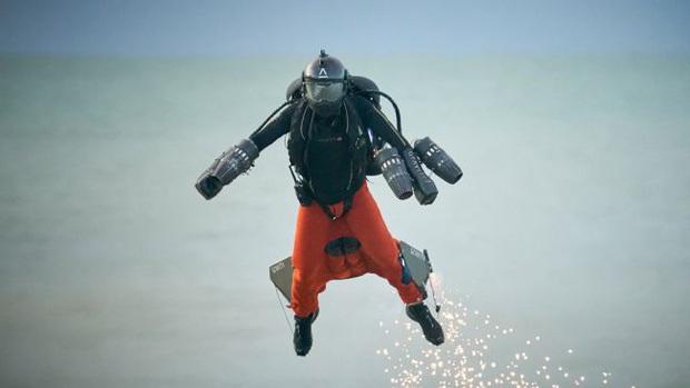 Iron Man ngoài đời thật: Người đàn ông phá kỷ lục tốc độ bay bằng bộ trang phục cá nhân, lên tới gần 140km/h - Ảnh 3.