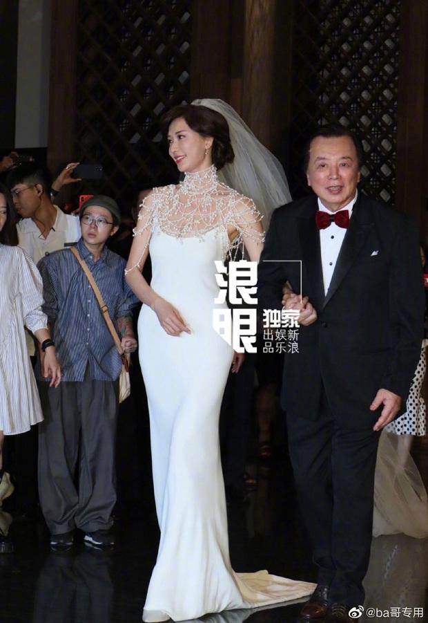 Đám cưới Lâm Chí Linh: Cận cảnh chiếc váy cưới phủ ngọc trai của cô dâu 45 tuổi - Ảnh 2.