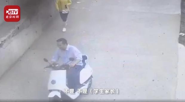 Hình ảnh cô giáo đang đứng lớp bị người đàn ông lạ tấn công 13 lần, bằng chứng cảnh sát đưa ra khiến dư luận càng phẫn nộ - Ảnh 2.