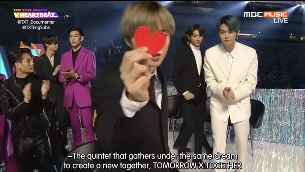 Mỹ nam TXT được đàn anh BTS truyền lại cách bắn tim thả thính fan cute khó cưỡng - Ảnh 1.