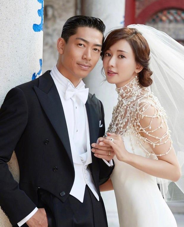 Đám cưới Lâm Chí Linh: Cận cảnh chiếc váy cưới phủ ngọc trai của cô dâu 45 tuổi - Ảnh 4.
