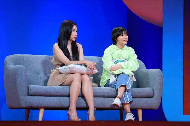 Trấn Thành xúc động khi bé gái xăm mình dũng cảm nói ra suy nghĩ trước mặt mẹ - Ảnh 2.