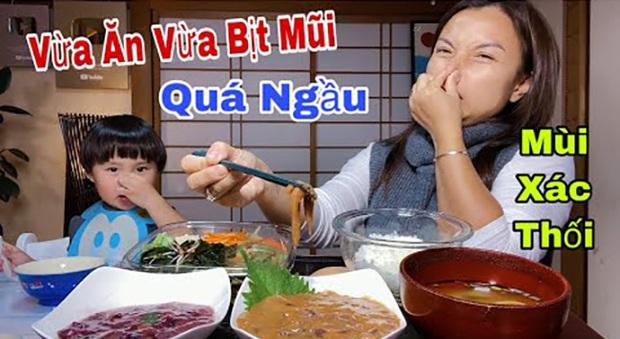 Vẫn là Quỳnh Trần JP xuất sắc khi dám thử món mực thối lên men: bịt mũi mà ăn vẫn ngon lành cành đào nhé! - Ảnh 1.