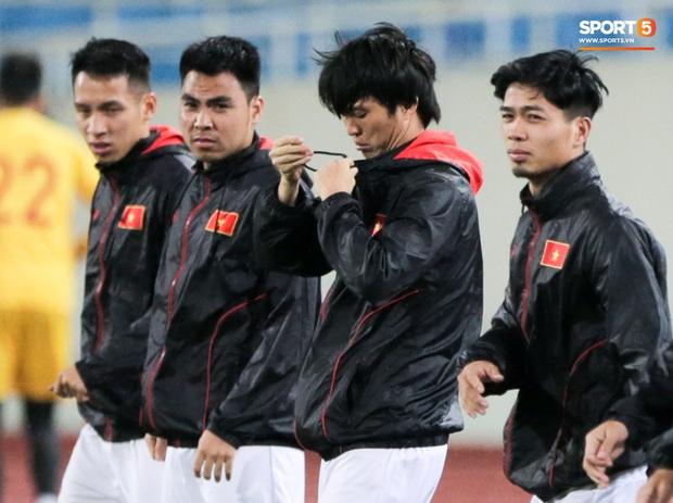 Tuyển thủ Việt Nam lộ cử chỉ tình cảm khi trời Hà Nội chuyển mưa rét ngay trước trận gặp Thái Lan - Ảnh 4.