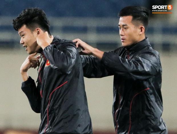 Tuyển thủ Việt Nam lộ cử chỉ tình cảm khi trời Hà Nội chuyển mưa rét ngay trước trận gặp Thái Lan - Ảnh 3.