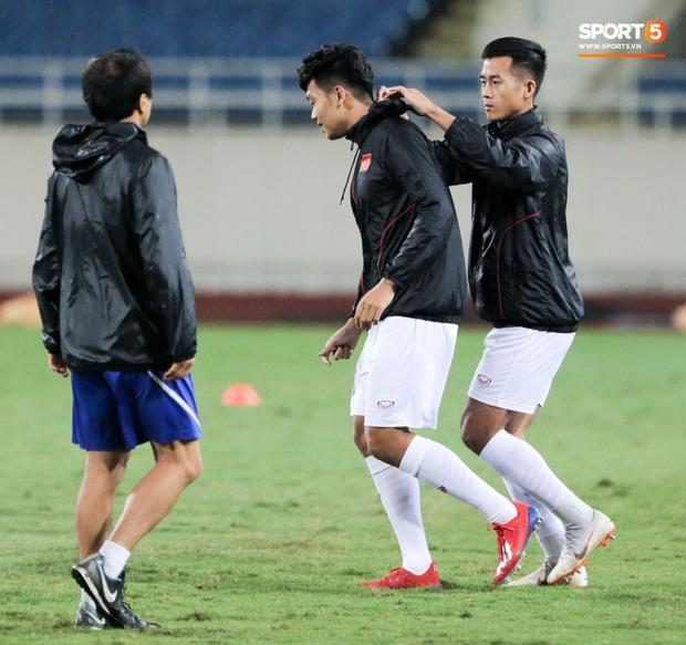 Tuyển thủ Việt Nam lộ cử chỉ tình cảm khi trời Hà Nội chuyển mưa rét ngay trước trận gặp Thái Lan - Ảnh 2.