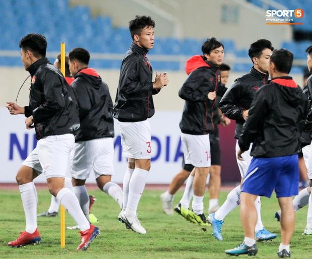 Tuyển thủ Việt Nam lộ cử chỉ tình cảm khi trời Hà Nội chuyển mưa rét ngay trước trận gặp Thái Lan - Ảnh 6.
