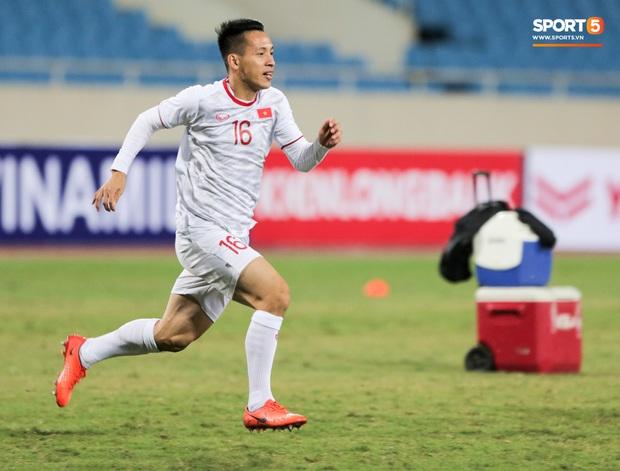 Tuyển thủ Việt Nam lộ cử chỉ tình cảm khi trời Hà Nội chuyển mưa rét ngay trước trận gặp Thái Lan - Ảnh 8.