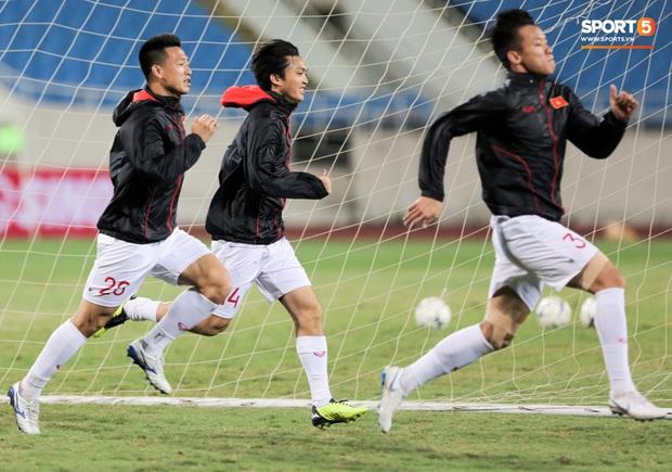 Tuyển thủ Việt Nam lộ cử chỉ tình cảm khi trời Hà Nội chuyển mưa rét ngay trước trận gặp Thái Lan - Ảnh 7.