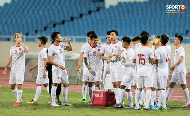 Tuyển thủ Việt Nam lộ cử chỉ tình cảm khi trời Hà Nội chuyển mưa rét ngay trước trận gặp Thái Lan - Ảnh 9.