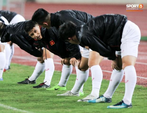 Tuyển thủ Việt Nam lộ cử chỉ tình cảm khi trời Hà Nội chuyển mưa rét ngay trước trận gặp Thái Lan - Ảnh 5.