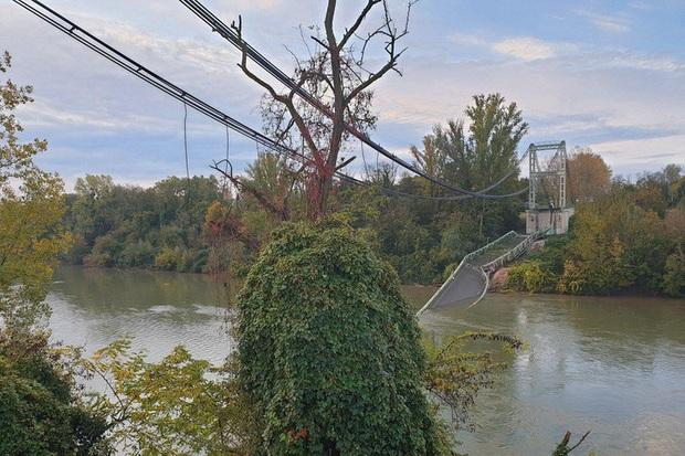 Cầu treo đổ sập, nhiều phương tiện bị rơi xuống sông Tarn, Pháp - Ảnh 1.