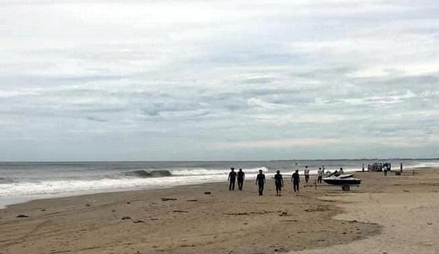 Nhóm học sinh lớp 8 rủ nhau tắm biển, 2 nam sinh chết đuối, 1 người mất tích - Ảnh 1.