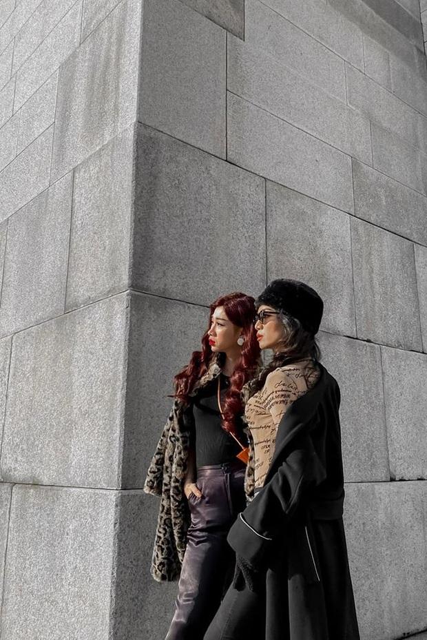 Chị chị em em BB Trần - Hải Triều: Giả gái đỉnh cao, thần thái sang chảnh ngút ngàn trên đường phố Hàn Quốc - Ảnh 2.