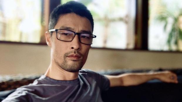 Cạo râu và cắt tóc gọn gàng, Johnny Trí Nguyễn đã phong độ trở lại sau thời gian xuống sắc tiều tụy - Ảnh 1.