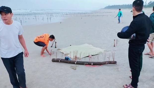 Vụ cô gái mất đầu trôi vào bãi biển ở Quảng Nam: Thêm thông tin về dòng chữ Trung Quốc trên bộ quần áo bảo hộ của nạn nhân - Ảnh 3.