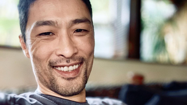 Cạo râu và cắt tóc gọn gàng, Johnny Trí Nguyễn đã phong độ trở lại sau thời gian xuống sắc tiều tụy - Ảnh 2.