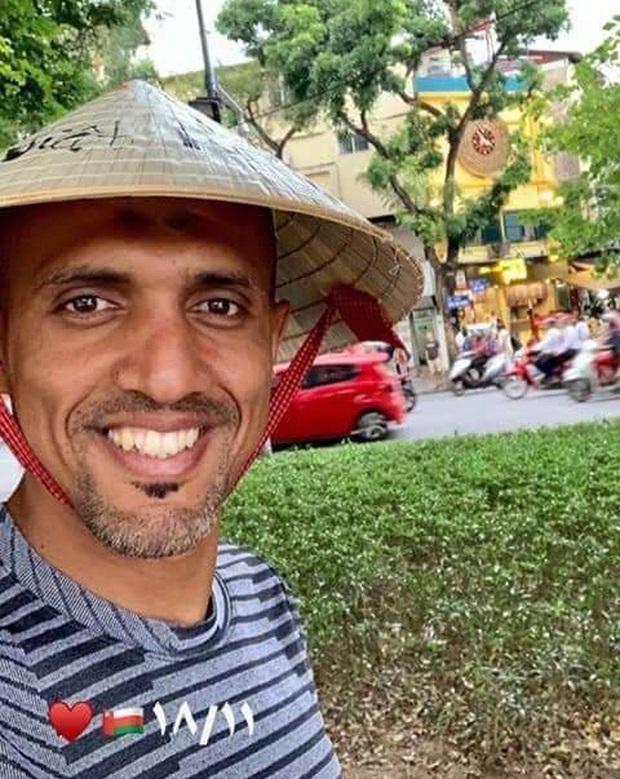 Trọng tài đẹp trai được fan Việt yêu mến đội nón lá, tươi rói check-in bờ hồ Hoàn Kiếm trước ngày cầm còi trận Việt Nam - Thái Lan - Ảnh 1.