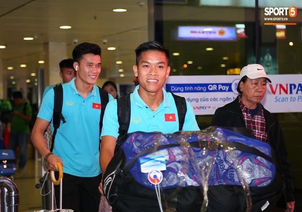 Thủ môn quốc dân Bùi Tiến Dũng tươi như hoa, Đức Chinh nhận quà đặc biệt từ fan ngày U22 Việt Nam vào TP.HCM chuẩn bị cho SEA Games 30 - Ảnh 6.