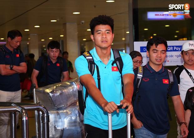 Thủ môn quốc dân Bùi Tiến Dũng tươi như hoa, Đức Chinh nhận quà đặc biệt từ fan ngày U22 Việt Nam vào TP.HCM chuẩn bị cho SEA Games 30 - Ảnh 8.