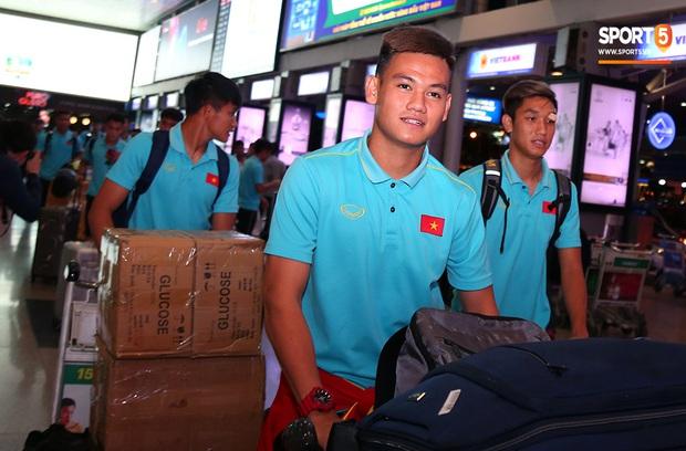 Thủ môn quốc dân Bùi Tiến Dũng tươi như hoa, Đức Chinh nhận quà đặc biệt từ fan ngày U22 Việt Nam vào TP.HCM chuẩn bị cho SEA Games 30 - Ảnh 3.