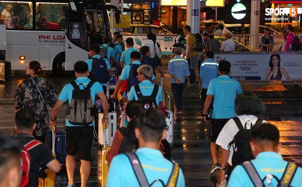 Thủ môn quốc dân Bùi Tiến Dũng tươi như hoa, Đức Chinh nhận quà đặc biệt từ fan ngày U22 Việt Nam vào TP.HCM chuẩn bị cho SEA Games 30 - Ảnh 2.