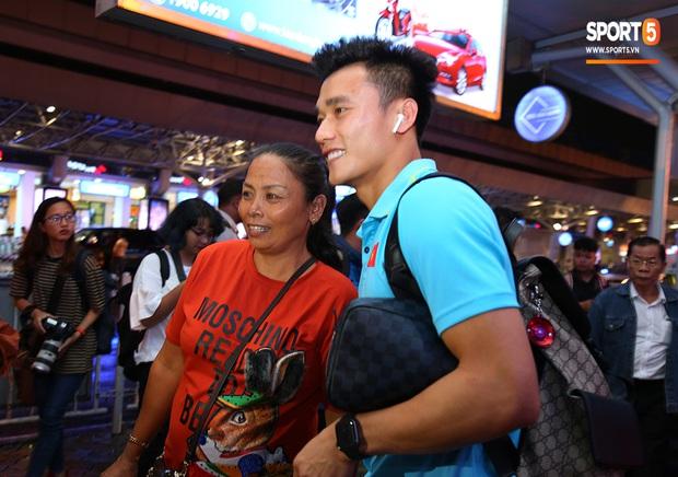 Thủ môn quốc dân Bùi Tiến Dũng tươi như hoa, Đức Chinh nhận quà đặc biệt từ fan ngày U22 Việt Nam vào TP.HCM chuẩn bị cho SEA Games 30 - Ảnh 7.