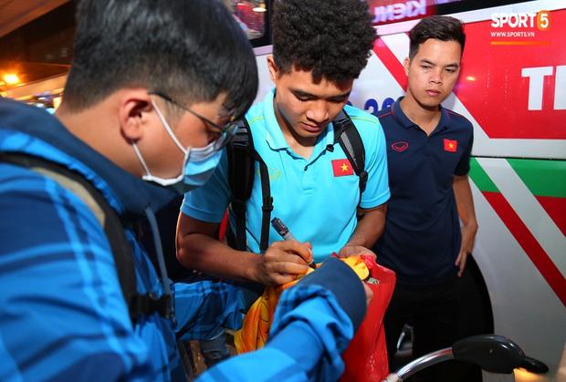 Thủ môn quốc dân Bùi Tiến Dũng tươi như hoa, Đức Chinh nhận quà đặc biệt từ fan ngày U22 Việt Nam vào TP.HCM chuẩn bị cho SEA Games 30 - Ảnh 9.
