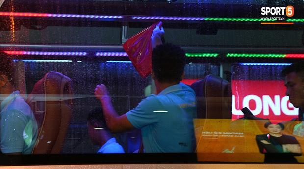 Thủ môn quốc dân Bùi Tiến Dũng tươi như hoa, Đức Chinh nhận quà đặc biệt từ fan ngày U22 Việt Nam vào TP.HCM chuẩn bị cho SEA Games 30 - Ảnh 12.