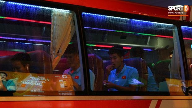 Thủ môn quốc dân Bùi Tiến Dũng tươi như hoa, Đức Chinh nhận quà đặc biệt từ fan ngày U22 Việt Nam vào TP.HCM chuẩn bị cho SEA Games 30 - Ảnh 13.