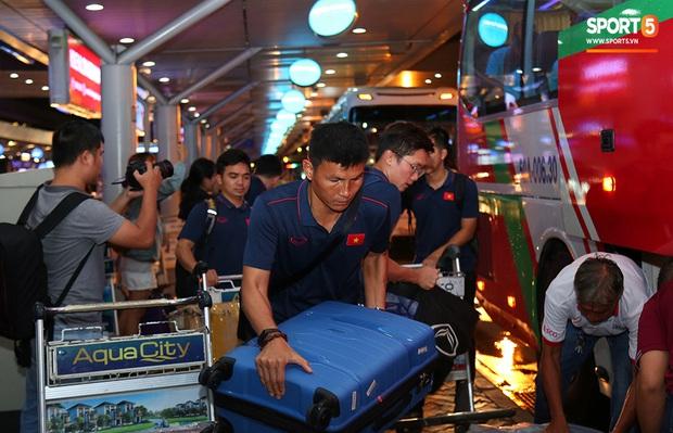 Thủ môn quốc dân Bùi Tiến Dũng tươi như hoa, Đức Chinh nhận quà đặc biệt từ fan ngày U22 Việt Nam vào TP.HCM chuẩn bị cho SEA Games 30 - Ảnh 14.