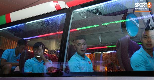Thủ môn quốc dân Bùi Tiến Dũng tươi như hoa, Đức Chinh nhận quà đặc biệt từ fan ngày U22 Việt Nam vào TP.HCM chuẩn bị cho SEA Games 30 - Ảnh 15.