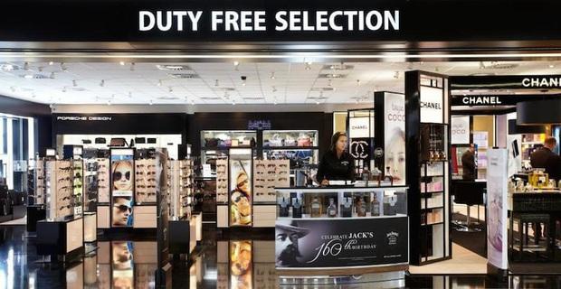 Có 3 thứ đáng mua nhất trong cửa hàng miễn thuế ở sân bay, không phải nước hoa hay bánh kẹo như nhiều người nghĩ - Ảnh 2.